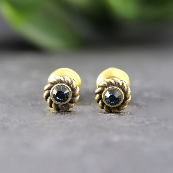 Goldene Ohrringe in Ornamentoptik mit Glitzerstein