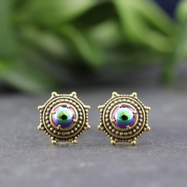 Goldene Ohrringe in Ornamentoptik mit Perle